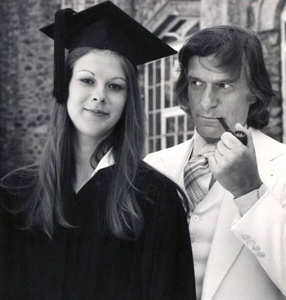 Hugh Hefner y su hija Christie, el día de su graduación.