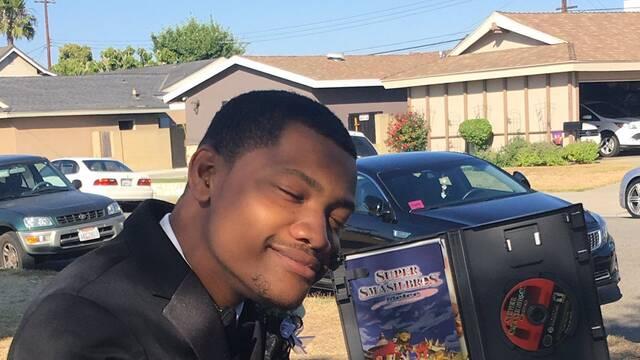 Un joven americano lleva como pareja al baile de graduación una copia de Super Smash Bros. Melee