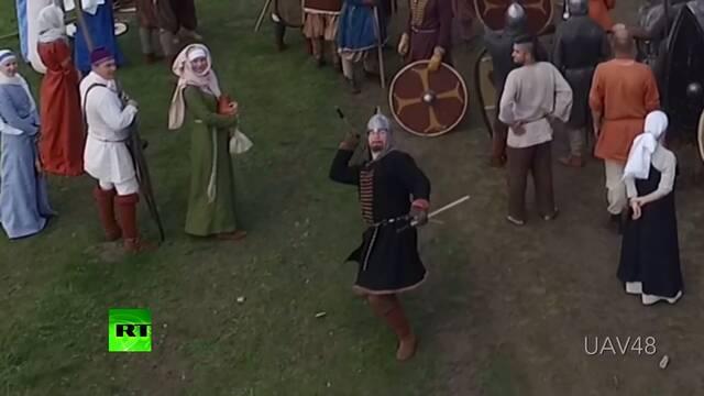Un caballero medieval destruye un dron, con una lanza, en Rusia
