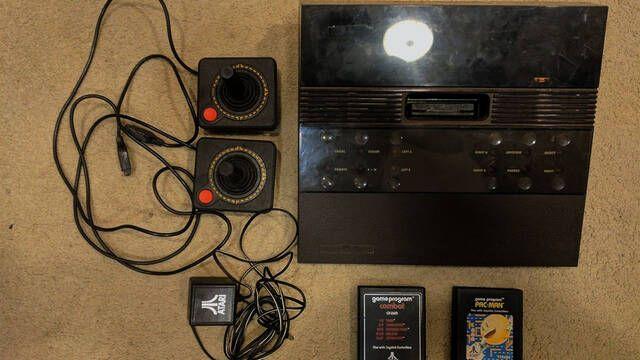 Compra por 30$ una rarísima Atari 2700 y la vende por 3000