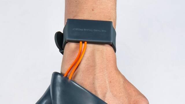 Crean una prótesis que añade un segundo pulgar a nuestra mano