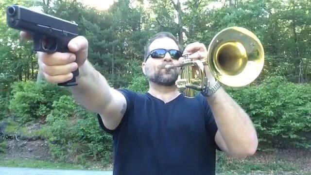 Hay un señor en Youtube que toca temas míticos con una pistola y una trompeta