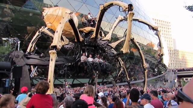 Un dragón y una araña robóticos y gigantes pelean en las calles de Canadá