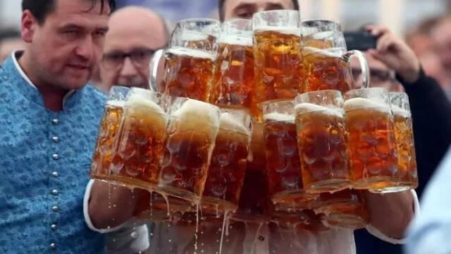 Héroes de internet: Bate un récord recorriendo 40 metros con 29 jarras de cerveza