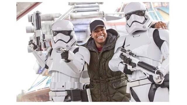 John Boyega posa junto a dos Soldados Imperiales