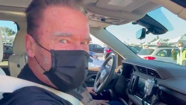 Arnold Schwarzenegger se vacuna contra el COVID-19 con guiño a 'Terminator'