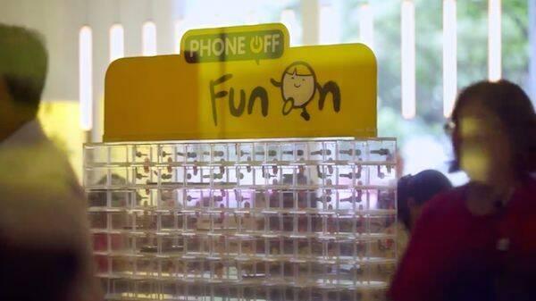McDonald's inventa una taquilla de móviles para que la gente hable