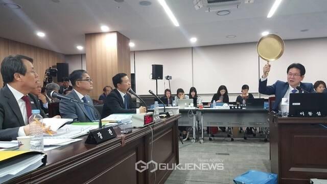 Un político coreano habla del éxito de PUBG empuñando una sartén dorada