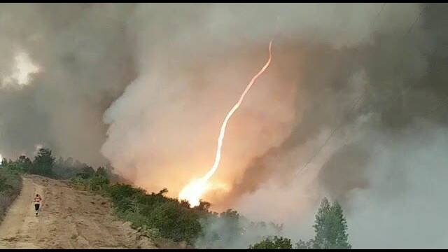 Los bomberos portugueses graban un tornado de fuego