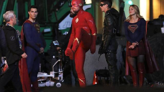 Una foto de 'Elseworlds' muestra a Flash con el traje de Green Arrow