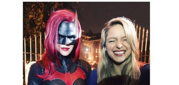 Batwoman y Supergirl posan juntas para el crossover 'Elseworlds'