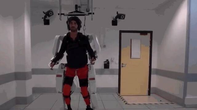 Un hombre paralítico camina usando un exoesqueleto controlado por su mente