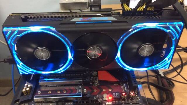 La RX Vega 64 de Sapphire es una bestia con 3 conexiones de 8 pin, 3 ventiladores y LED