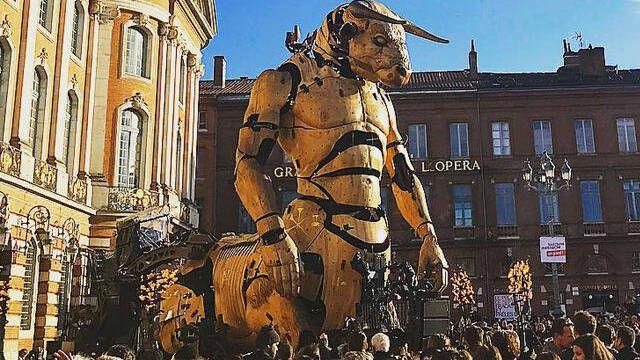 Un minotauro gigantesco y articulado apareció en Toulouse, Francia