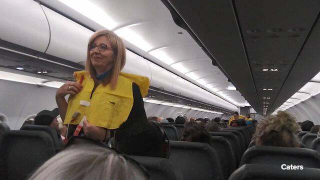 Así fue la alocada charla de seguridad que tuvo lugar durante un vuelo