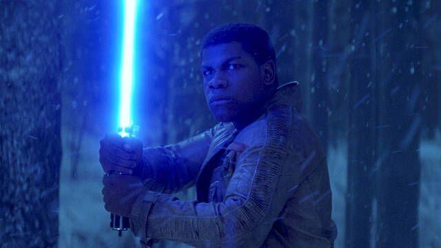 Star Wars: John Boyega adelanta que Finn podría llevar una espada láser
