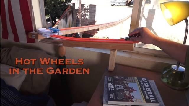 Construye un circuito gigante de Hot Wheels desde la ventana de su habitación