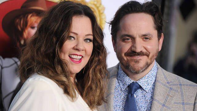 Melissa McCarthy y Ben Falcone juntos en la serie God's Favourite Idiot