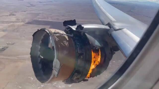 Un motor de un Boeing 777 se incendia en pleno vuelo y su imagen se hace viral