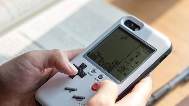 Una carcasa convierte la trasera del teléfono en una imitación de Game Boy