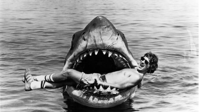 ¿Un musical de Tiburón? Bruce promete contarnos cómo se rodó el film de Spielberg