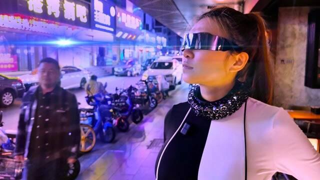 Moda Cyberpunk: El collar futurista que evita que nos espíen y graben nuestra voz