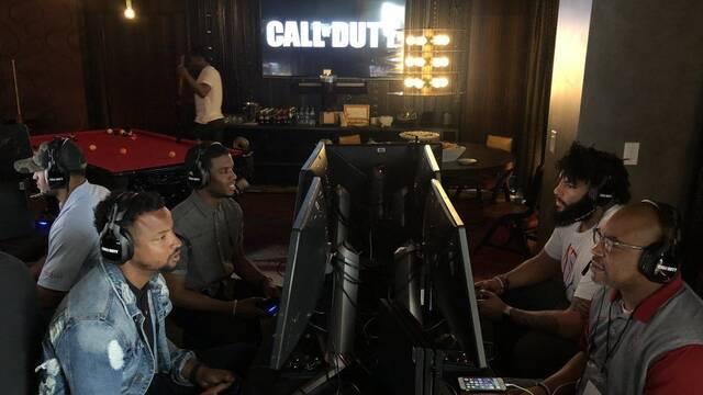 Varios jugadores de fútbol americano juegan al Call of Duty 2019