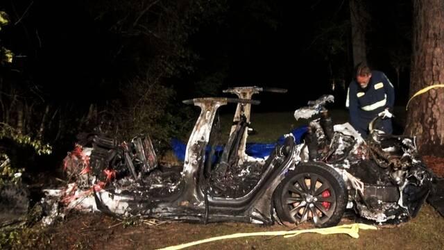 Mueren dos personas en un accidente con un Tesla sin conductor