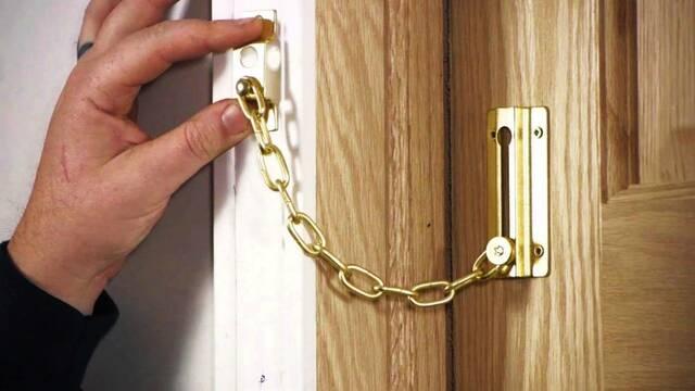 El cerrojo con cadena en el punto de mira: Demuestran lo fácil que es quitarla
