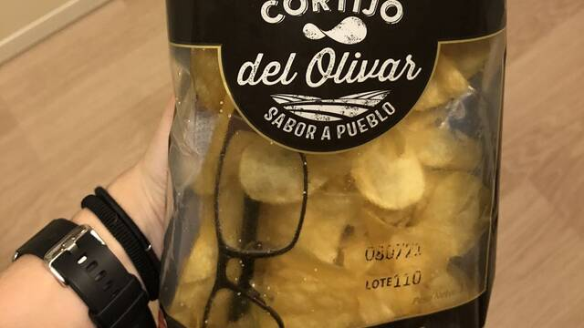 Se encuentra unas gafas en una bolsa de patatas fritas