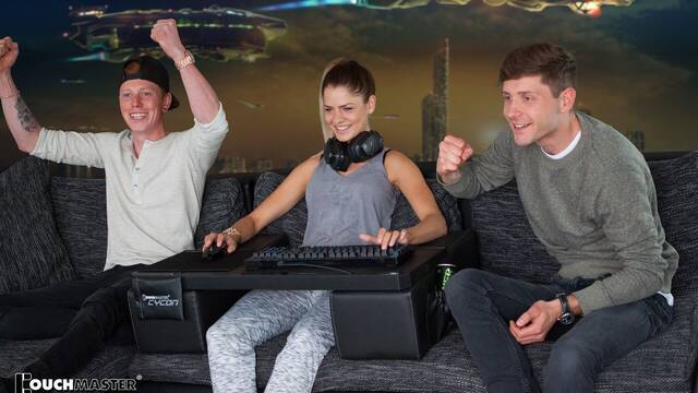 Ya no hay excusa, con COUCHMASTER Cycon podrás jugar desde el sillón cómodamente