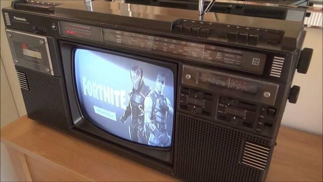 Así se ve Fortnite en un radiocasete con televisión de 1984