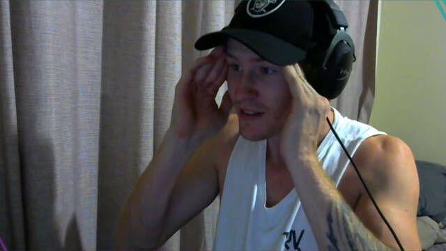 Un streamer rompe sus auriculares de 300$ intentando abrir una cerveza