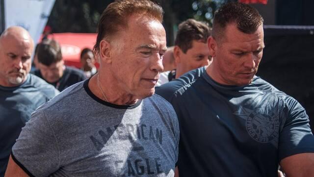 Arnold Schwarzenegger fue agredido por la espalda con una patada voladora