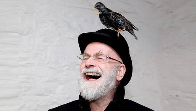 El escritor Terry Pratchett ya predijo las 'fake news' en 1995