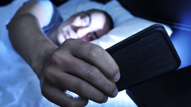 ¿Funciona el modo nocturno de los smartphones? Estudios sugieren que no