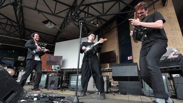 Electrónicos Fantásticos, el grupo musical que hace instrumentos con piezas viejas de PC