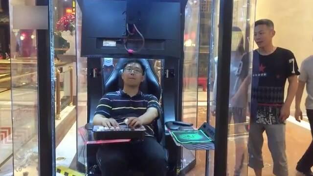 Un centro comercial chino instala cabinas de videojuegos para que descanses de tus compras