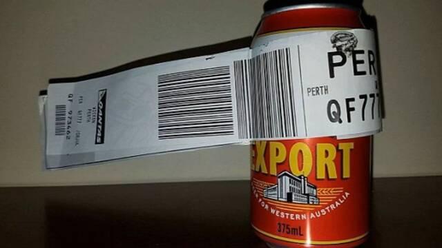 Héroes de Internet: Un hombre factura una cerveza en un vuelo