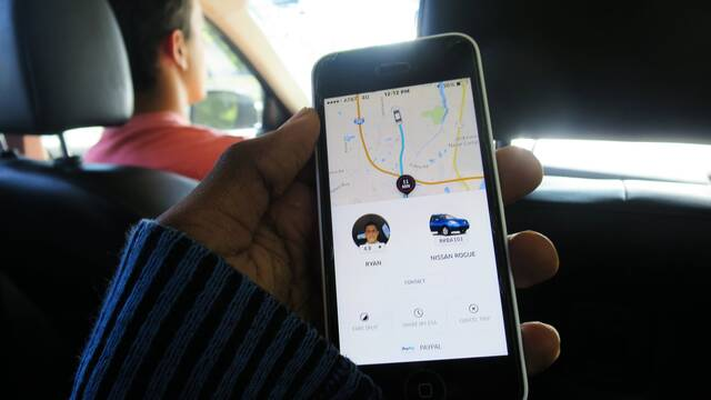 Suspenden a chofer de Uber por transmitir videos de usuarios en vivo