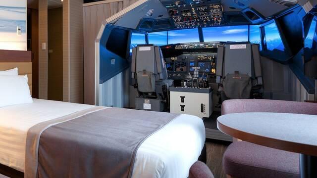 Esta habitación de hotel tiene un enorme simulador de vuelo en su interior