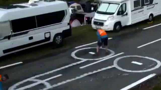 Los trabajadores del Tour de Francia que borran los penes del asfalto