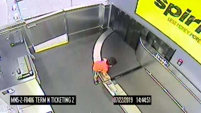 Un niño se introduce en una cinta de equipajes de aeropuerto en una peligrosa travesura