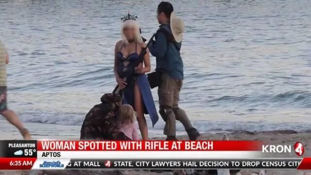 El rifle gigante de una cosplayer alerta a la policía