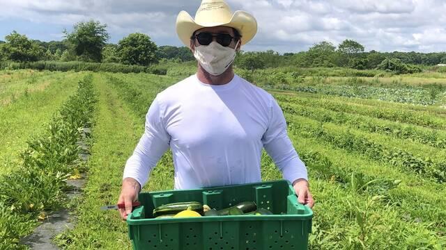 Hugh Jackman ha sido voluntario de Share The Harvest Farm en la pandemia
