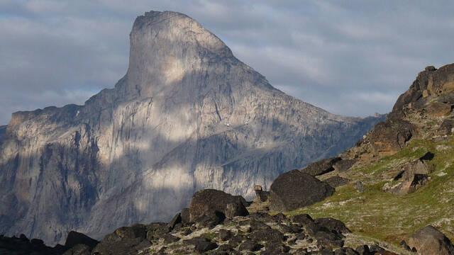 Descubre el Monte Thor de Canadá, la impresionante pared rocosa vertical más alta del mundo