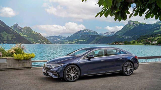 Las ruedas traseras del Mercedes EQS giran por completo si se paga una suscripción