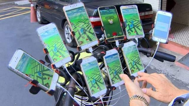 Un anciano juega a Pokémon Go con 11 móviles a la vez y en bicicleta