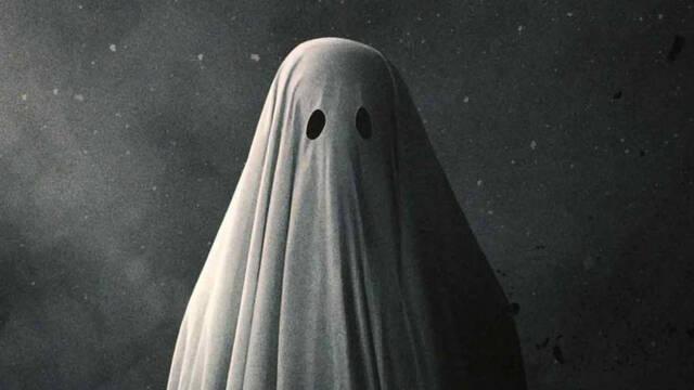 Una pareja vive en el balcón de su casa porque cree que hay fantasmas en el interior