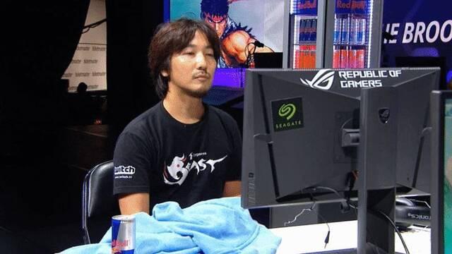 Daigo se levanta en mitad de un combate para coger un Red Bull y contentar a su patrocinador